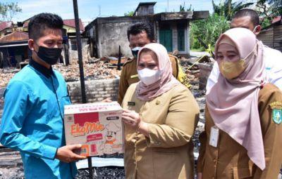 Bupati Kasmarni Tinjau dan Serahkan Bantuan Kepada Warga Kebakaran Rumah