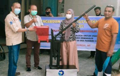 Polbeng Serahkan Alat Cetak Paving Block untuk UKM Senggoro Bengkalis.
